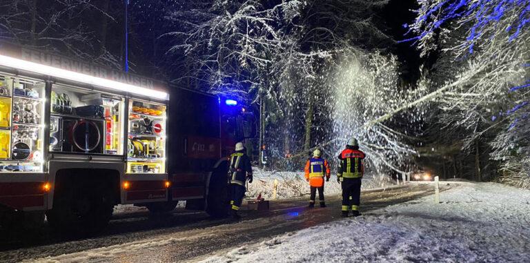 Als Mitglied in der Freiwilligen Feuerwehr Hausen kannst du an Einsätzen teilnehmenn. Hier zu sehen ist ein Einsatz im Winter.