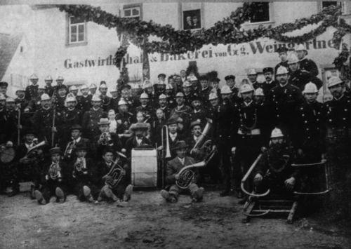 Ein Stück Vereinsgeschichte: Die Freiwillige Feuerwehr Hausen bei der Anschaffung einer Standarte
